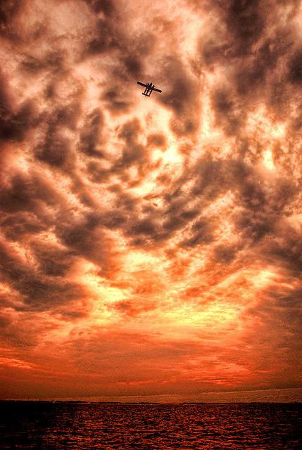 夕暮れのモルディブの空